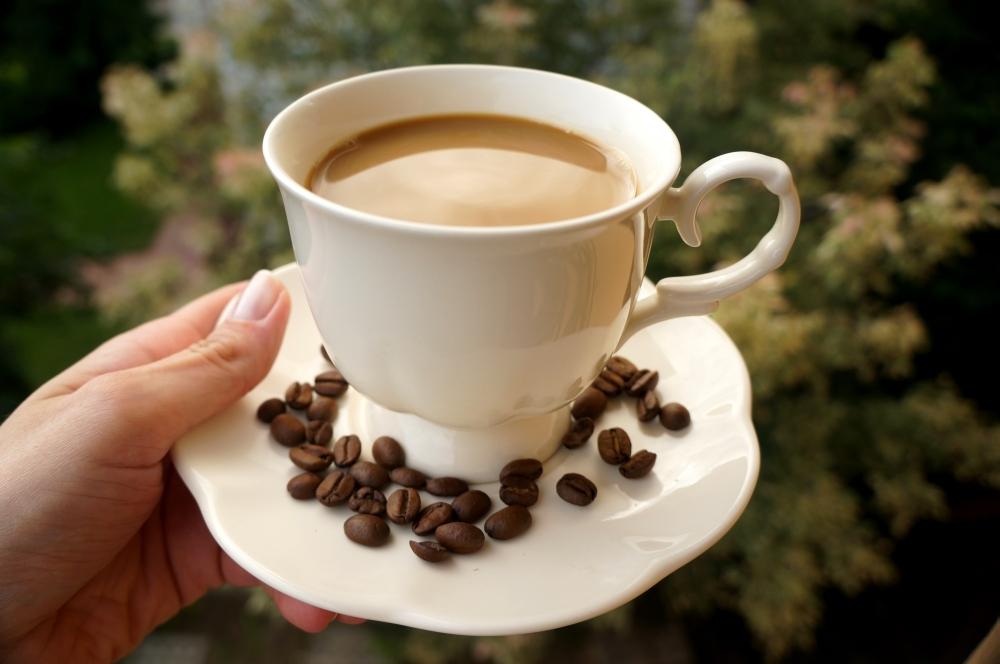 Świeżo mielona kawa zcukrem trzcinowym imlekiem